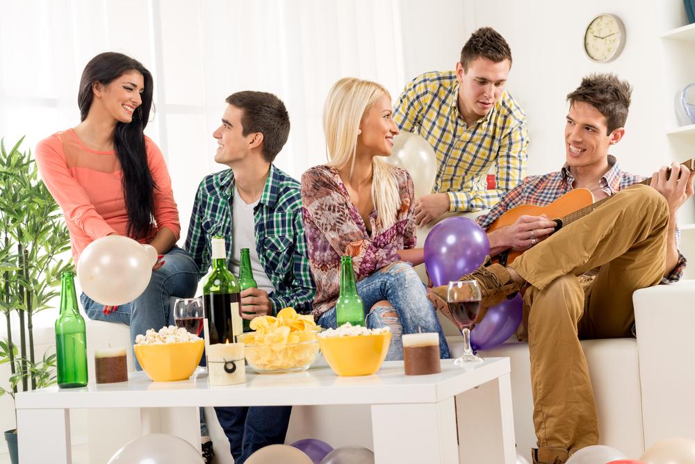 男女複数で部屋での飲み会
